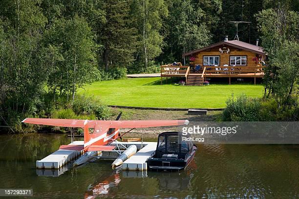 Blockhütte und Wasserflugzeug