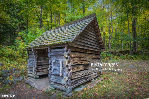 log cabin, great smoky mountains, gatlinburg, tennessee, usa - cades cove stock pictures, royalty-free photos & images