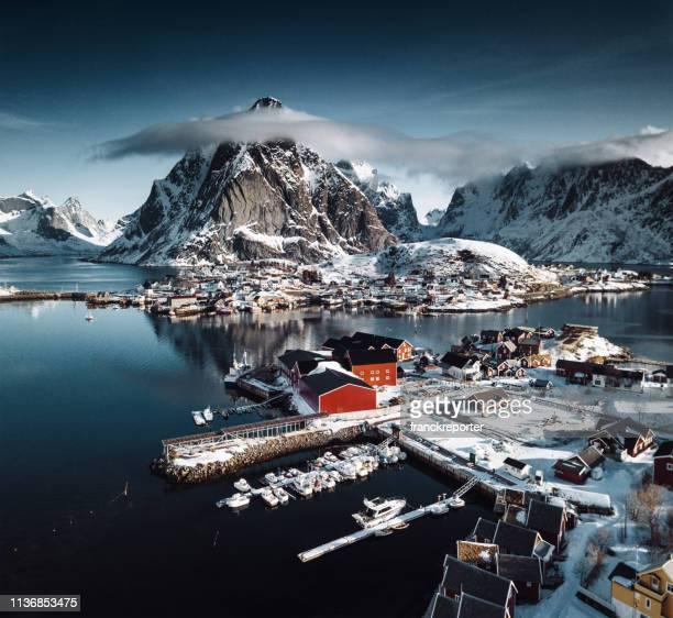 cabaña de troncos en reine-lofoten islands - noruega fotografías e imágenes de stock