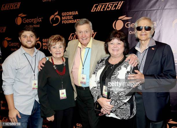 Logan Thomas Dinah Gretsch artist Bill Anderson Lena Thomas and Fred Gretsch take photos backstage during the 6th Annual Georgia On My Mind presented...