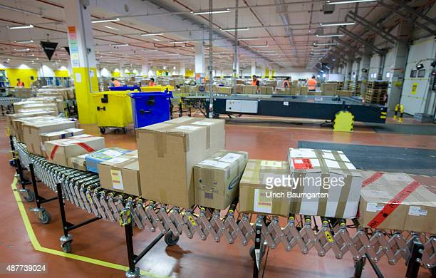 Logistic center of Amazon Germany GmbH in Koblenz Packages on a treatmill