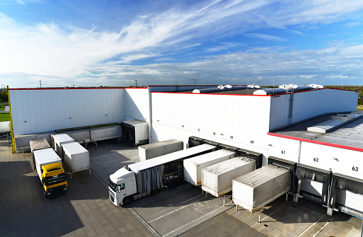 logistics and goods storage - loading and unloading of goods for transport by truck 941400668