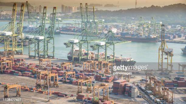 造船所におけるコンテナ貨物船及び荷役クレーン橋の物流及び輸送 - indonesia logistics ストックフォトと画像