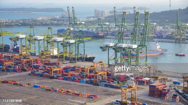 サンライズでの造船所における作業用クレーン橋を備えたコンテナ貨物船と貨物の物流と輸送、物流輸入輸出および輸送業界の背景 - indonesia logistics ストックフォトと画像