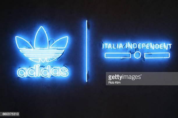 Pensativo rosado Coordinar  35 fotos e imágenes de Adidas Originals Logo - Getty Images