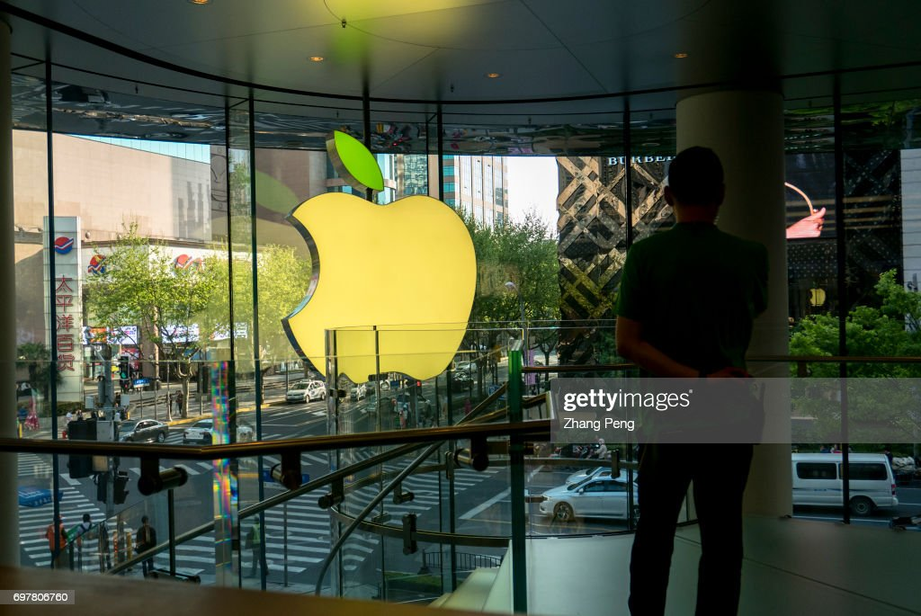 Logo light box of the Apple store located on the Huaihai... : News Photo