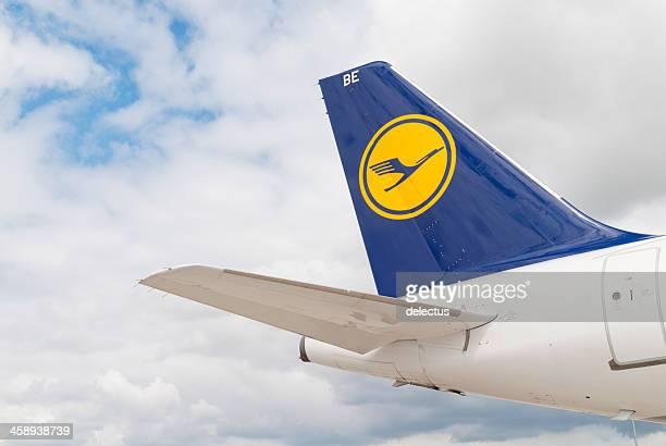 logo des airlines, lufthansa - flughafen berlin brandenburg stock-fotos und bilder