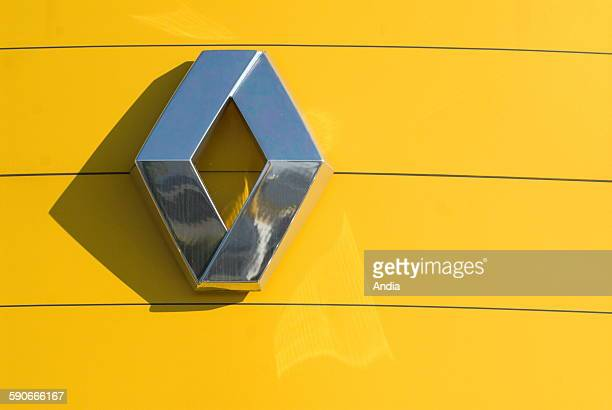 Logo of the car brandname Renault; car; diamond on a yellow background; car dealer