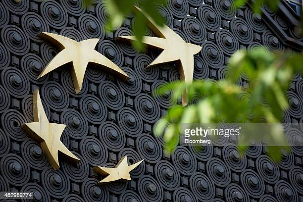 A logo sits on metalwork outside the headquarters of BNP Paribas SA in Paris France on Tuesday Aug 4 2015 BNP Paribas pledged to deepen cuts at its...