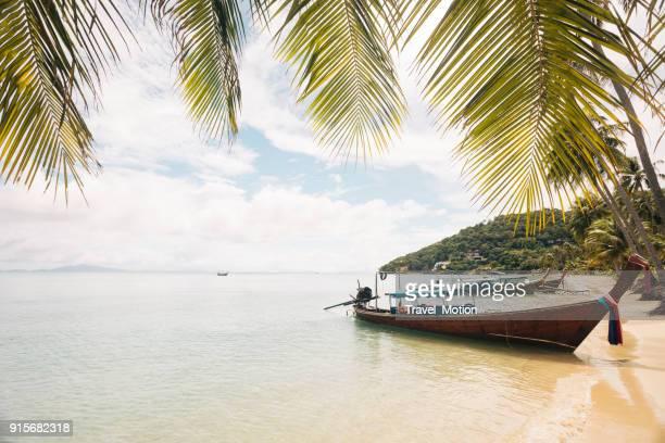 loh ba kao bay, insel phi phi, thailand - asiatisches langboot stock-fotos und bilder