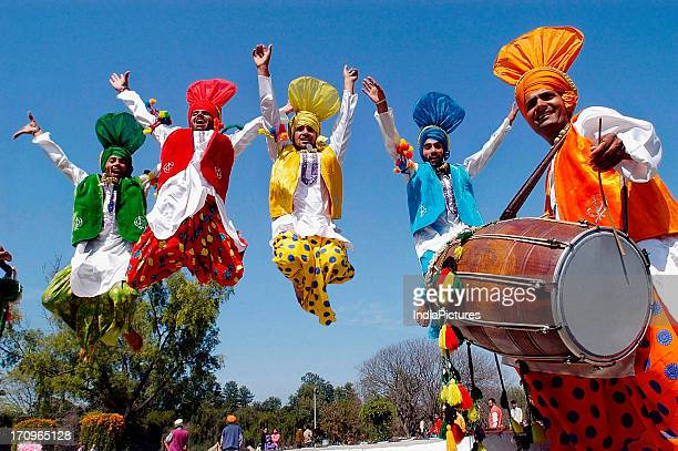 punjabi bhangra dance foto e immagini stock getty images