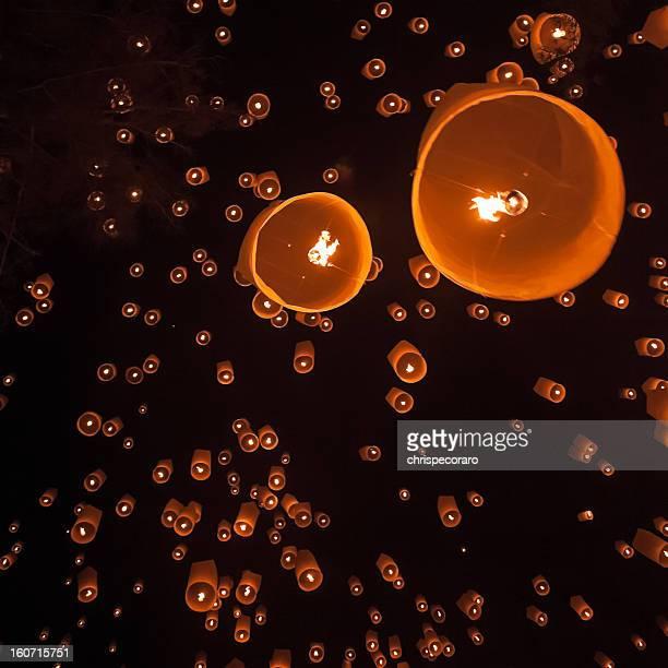 loi krathong floating lanterns - yi peng stock pictures, royalty-free photos & images