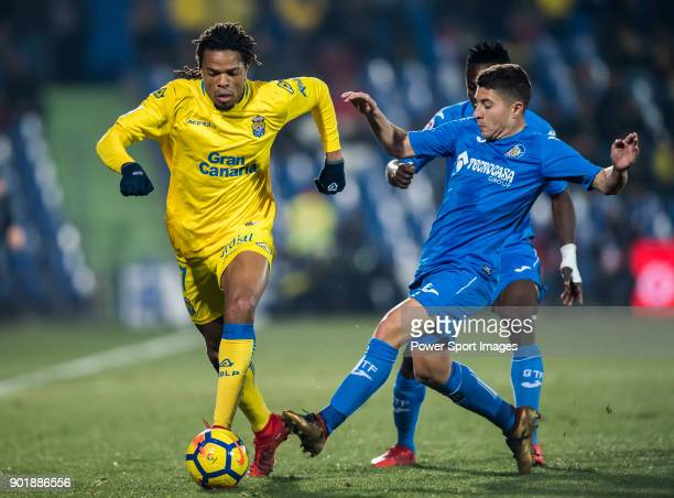 Loic Remy of UD Las Palmas competes for the ball with Francisco Portillo Soler of Getafe CF during the La Liga 201718 match between Getafe CF and UD...