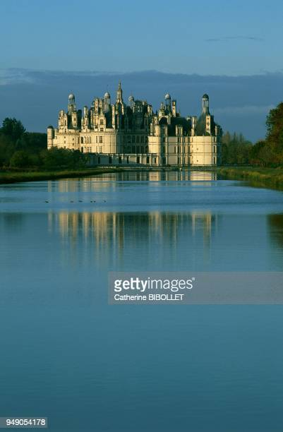 the castle of Chambord and the watery surface La vallée de la Loire le château de Chambord et le plan d'eau