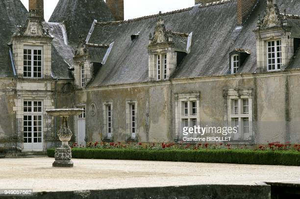 the castle of Villesavin Perfect symmetry of the whole made up of a main body and the pavilions of the castle Each roof is independent La vallée de...