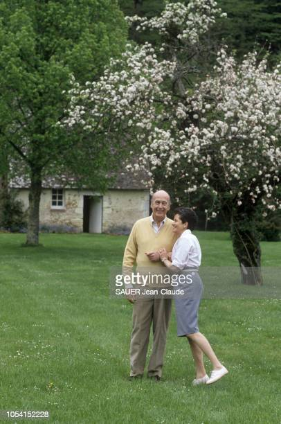 LoiretCher France 2 mai 1991 Valéry et AnneAymone GISCARD D'ESTAING dans leur propriété d'Authon Ici les deux époux photographiés l'un contre l'autre...