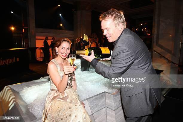 Lola Paltinger Und Freund Ralph Brock Bei Der Starlight Yellow Premiere Von Veuve Clicquot In Der Clicquot City In München