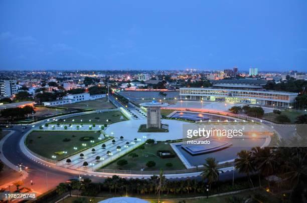 lomé, togo - plaza de la independencia al atardecer, el centro del país - togo fotografías e imágenes de stock