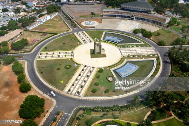 lomé, togo - plaza de la independencia, el centro del país - palacio de congrés en la parte superior derecha y monumento de la independencia en el centro de la plaza - togo fotografías e imágenes de stock