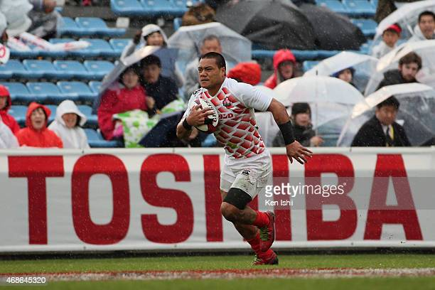 Lomano Lava Lemeki of Japan breaks in the game between Japan and Scotland during day two of the Tokyo Sevens Rugby 2015 at Chichibunomiya Rugby...
