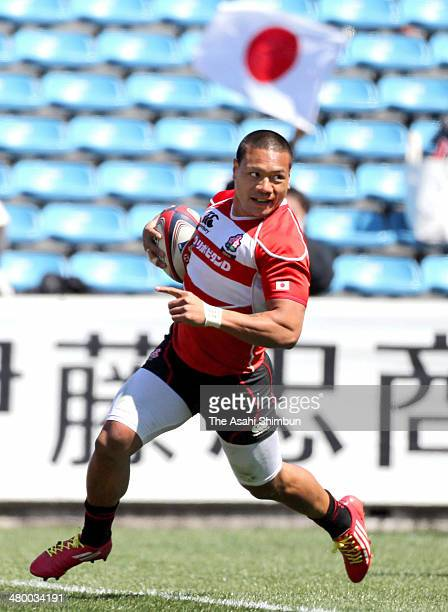 Lomano Lemeki of Japan runs with the ball to score a try during the HSBC Sevens Tokyo match between Japan and Argentina at Prince Chichibu Stadium on...