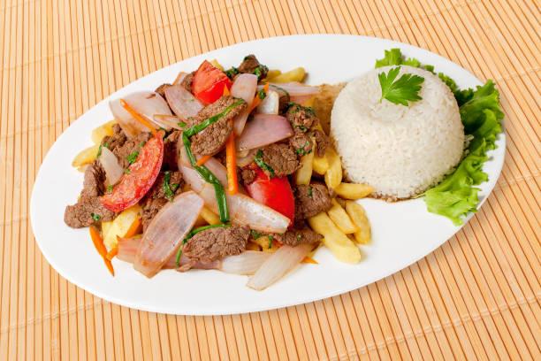 Lomo saltado, sofrito carne de res, Comida peruana.