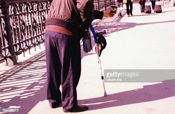 Lomografie -Alter Bettler auf der Friedrichstrasse in Berlin-Mitte