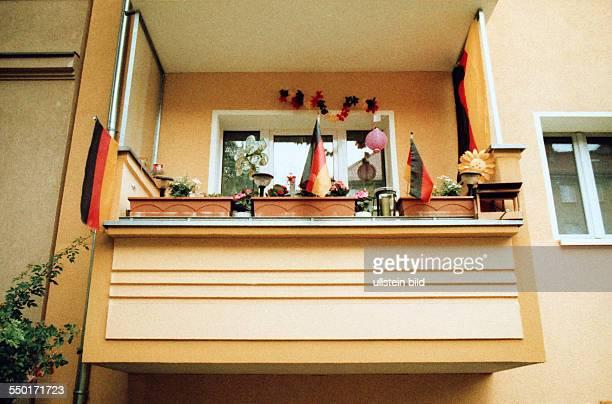 Lomografie Deutschlandfahnen schmücken einen Balkon in der ElsaBrandströmStraße in BerlinPankow anlässlich der UEFA FußballEuropameisterschaft 2012