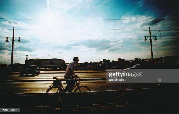 Lomografie Fahrradfahrer auf der Warschauer Brücke in BerlinFriedrichshain *Aufnahmedatum geschätzt*