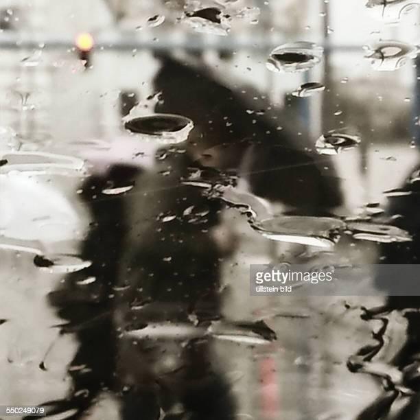 Lomografie Fußgänger im strömenden Regen in Berlin