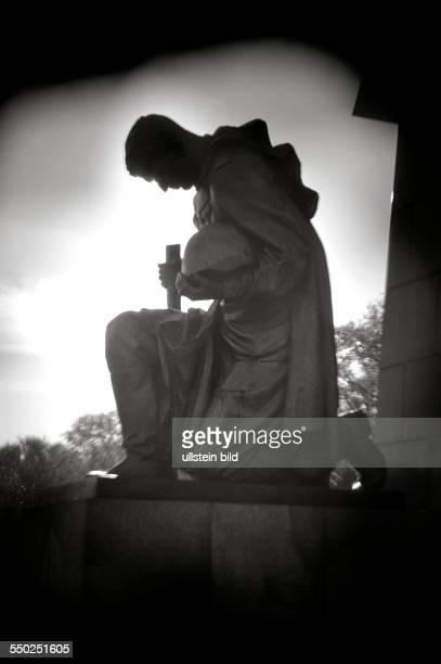 Lomografie Kniender Soldat auf dem Gelände des Sowjetischen Ehrenmals in BerlinTreptow