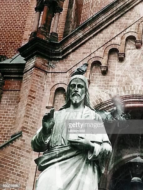 Lomografie Tauben umfliegen die JesusStatue vor der Gethsemanekirhce in BerlinPrenzlauer Berg