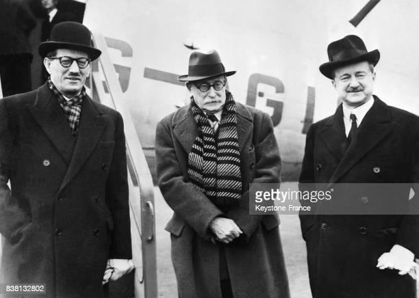 Léon Blum à sa descente d'avion, à sa droite Monsieur Massigli, ambassadeur de France à Londres et Monsieur Duff Cooper, ambassadeur d'Angleterre à...