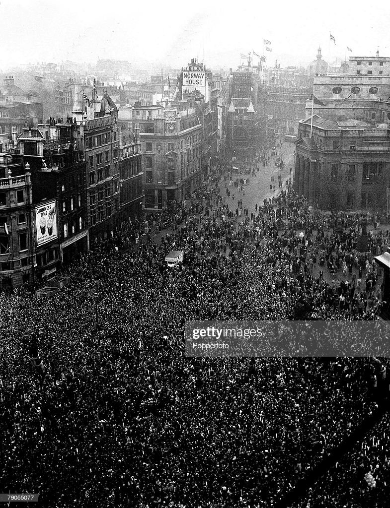 London, 20th November 1947. Wedding of Princess Elizabeth (later Queen Elizabeth II) and Duke of Edinburgh at Westminster Abbey, picture shows crowds at Admiralty Arch. : News Photo