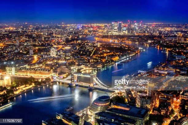 london aerial view met tower bridge, verenigd koninkrijk - theems stockfoto's en -beelden