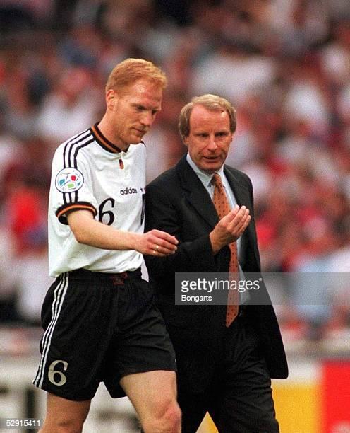 7 London am 260696 Matthias SAMMER und Bundestrainer Berti VOGTS/Nationalmannschaft/GER Team/DFB
