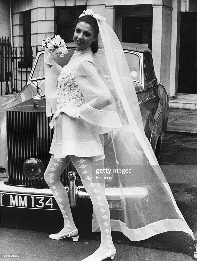 Model in Unconventional Wedding Dress : Fotografía de noticias