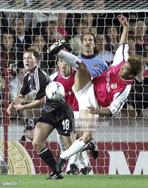 LEAGUE 01/02 London ARSENAL LONDON FC SCHALKE 04 32 Niels OUDE KAMPHUIS/SCHALKE Torwart David SEAMAN Junichi INAMOTO/ARSENAL