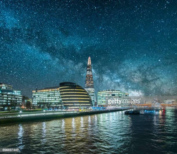 londen 's nachts - theems stockfoto's en -beelden