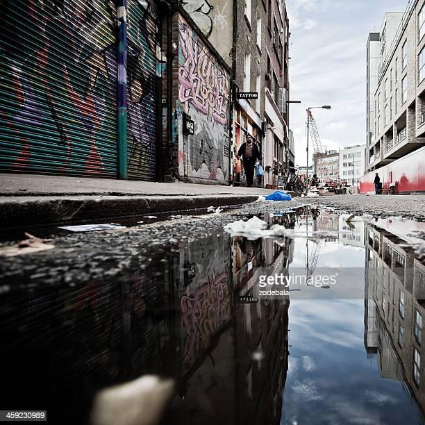 london backstreet urban scene and graffiti - londen stadgebied stockfoto's en -beelden