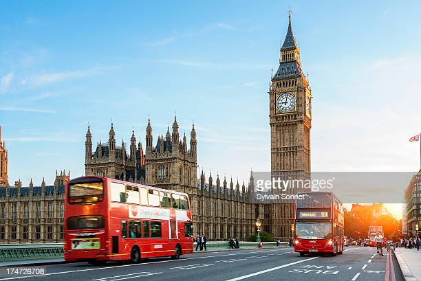 london big ben and traffic on westminster bridge - london england stock-fotos und bilder