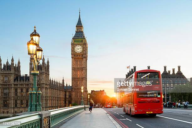 london big ben and traffic on westminster bridge - groot brittannië stockfoto's en -beelden