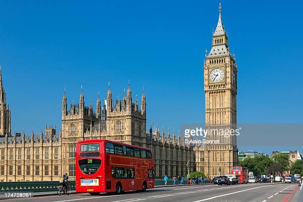 london, big ben and traffic on westminster bridge - big ben photos et images de collection