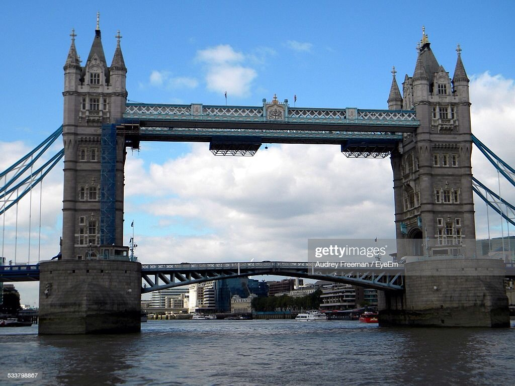 London Bridge Over River Thames Against Cloudy Sky : Foto stock