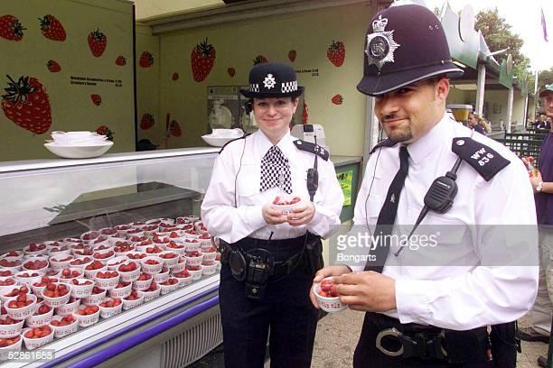 London; Britische Polizisten beim Erdbeer-Essen