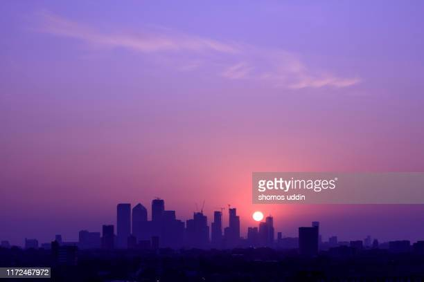 london canary wharf skyline at sunrise - 紫 ストックフォトと画像
