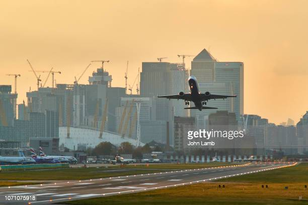 london city airport take-off - aerospace stock pictures, royalty-free photos & images
