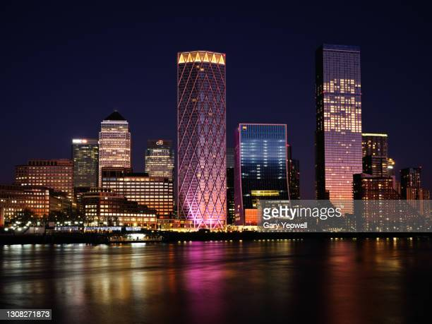 london city canary wharf skyline at dusk - horizon over land stock pictures, royalty-free photos & images