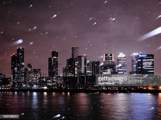 london city canary wharf skyline at night in snow - horizon over land stock pictures, royalty-free photos & images