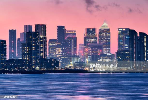 london city canary wharf skyline at sunset - horizon over land stock pictures, royalty-free photos & images